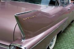 Bułgaria Elhovo, Październik, - 07, 2017: Różowa Cadillac serii 62 Coupe 1958 odznaka Imię odznaki szczegół Różowy Cadillac samoc Fotografia Stock