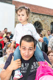 Bułgaria Młody widz koncert w świątecznym krajowym kostiumu przy Nestenar grami w wiosce Bulgarians Fotografia Stock