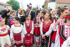Bułgaria Młodzi uczestnicy koncert w świątecznych krajowych kostiumach przy Nestenar grami w wiosce Bulgarians Obraz Stock