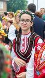 Bułgaria Młodzi uczestnicy koncert w świątecznym krajowym kostiumu przy Nestenar grami w wiosce Bulgarians Obraz Royalty Free