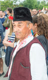 Bułgaria Starszy uczestnik w koncercie w świątecznym krajowym kostiumu przy Nestenar grami w wiosce Bulgarians Obrazy Royalty Free