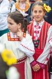 Bułgaria Dziewczyny w krajowych kostiumach na Nestenar grach w wiosce Bulgarians Zdjęcie Stock