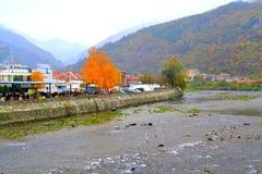 Bułgarski jesieni wioski rzeki widok Fotografia Stock