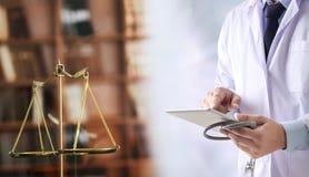 Bu medici di sanità di conformità della farmacia di legge del giudice di concetto di legge fotografie stock libere da diritti