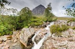 Buachaille Etive för flodCoupall nedgångar under Mor Fotografering för Bildbyråer