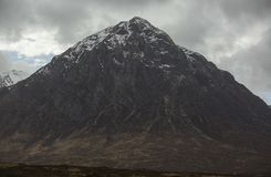 Buachaille Etive Mor in Schotland met sneeuw en wolken stock fotografie