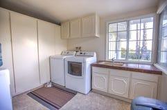 Buanderie avec le dessiccateur de joint et évier dans la maison de San Diego images stock
