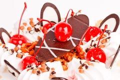 Buatiful cake med det röda Cherryet Royaltyfria Bilder