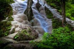 Buatong vattenfall - Chetsi vår Forest Park Arkivbild