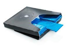 Bubbelgum som utplaceras i blått isolerat förpacka för normal arkivbilder