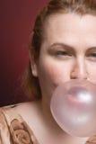 bubbelgumkvinna arkivfoto