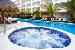 Bubbelpool och en simbassäng på den karibiska semesterorten. Arkivbilder
