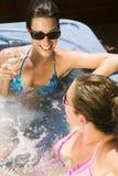 bubbelpool som kopplar av två unga kvinnor Arkivfoto