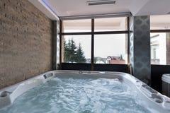 Bubbelpoolbad i hotellbrunnsortmitt Arkivfoto