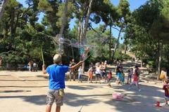 Bubbla blåsaren för barn och vuxna människor i en parc Royaltyfri Foto