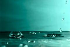 Bubbla på vatten och fallande små droppar Royaltyfria Bilder