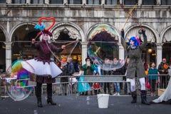 Bubblaaktörer underhåller i Sts Mark fyrkant, Venedig Royaltyfria Bilder