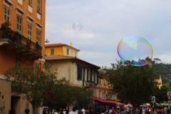Bubblaflöte förbi i Nice fotografering för bildbyråer