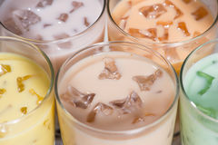Bubblate Hemlagade olika mjölkar te med pärlor på trätabl royaltyfri fotografi