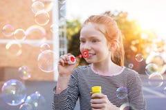 bubbles att leka tvål för den gulliga flickan arkivbilder