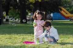 bubbles barn som gör tvål royaltyfri foto