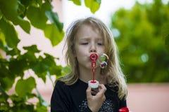 bubbles flickan little leka tvål arkivbilder