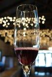 Bubbligt rött vin i champagneflöjt med att blinka tänder Royaltyfria Foton