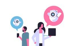 Bubblor för anförande för kommunikationen för chatbot för parmankvinnan som använder grejer stöttar direktanslutet, isolerat plan stock illustrationer