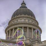 Bubblor framme av huvudbyggnad i Utah royaltyfri foto