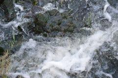 Bubblor i floden Arkivfoto