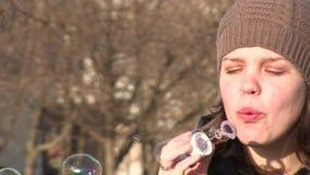 Bubblor och flicka stock video