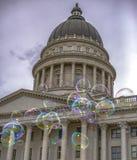 Bubblor och historisk byggnad i Utah mot himmel royaltyfria bilder