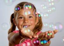 bubblor som fångar flickan Arkivfoton