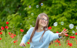 bubblor som fångar flickatvål Royaltyfria Bilder