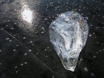 Bubblor som frysas i tunn is Det färgrika stycket av is med solen rays reflexioner abstrakt is Royaltyfria Bilder