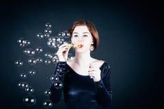 bubblor som gör tvålkvinnabarn royaltyfri foto