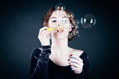 bubblor som gör tvålkvinnabarn royaltyfri bild