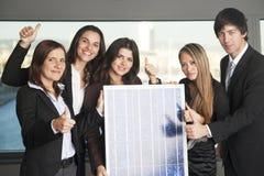 Bubel energii słonecznych pięć ludzi biznesów Obrazy Stock