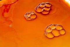 Bubles colorés de l'eau sur l'eau comme fond Image stock