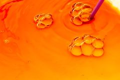 Bubles colorés de l'eau sur l'eau comme fond Photo stock