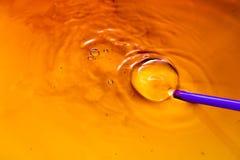 Bubles colorés de l'eau sur l'eau comme fond Image libre de droits
