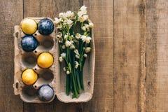 Bucaneve ed uova di Pasqua sul pacchetto immagine stock libera da diritti