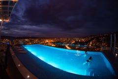 Bucaramanga на ноче с взглядом бассейна Стоковое Фото