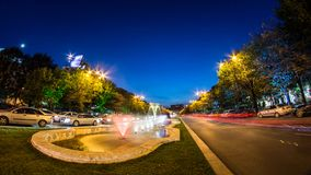 Bucarest centrent la pousse de nuit du trafic aux fontaines photographie stock
