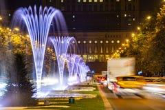 Bucarest centrent la pousse de nuit du trafic aux fontaines images stock