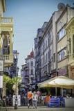 BUCAREST 27 DE SEPTIEMBRE: Los turistas visitan la ciudad vieja el 27 de septiembre de 2015 en Bucarest Bucarest son una son las  Imagen de archivo