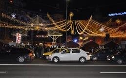 Bucarest, el 1 de diciembre de 2015: Luces de la Navidad por noche en la plaza de la universidad de Bucarest en Rumania Fotos de archivo libres de regalías