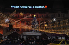 Bucarest, el 1 de diciembre: Luces de la Navidad por noche en el Citycenter de Bucarest en Rumania Fotografía de archivo