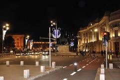 Bucarest, el 1 de diciembre: Luces de la Navidad por noche en Piata Revolutiei de Bucarest en Rumania Foto de archivo libre de regalías