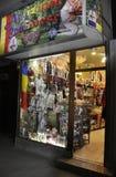 Bucarest, el 1 de diciembre: Tienda de la artesanía por noche de Bucarest en Rumania Foto de archivo